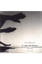 DESCAMPS Bernard, (photographe), SEYDOU Christiane, (textes recueillis par) - Le don du fleuve, poèmes peuls recueillis et présentés par Christiane Seydou. Sendégué, Mali 1998