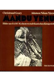 GEARY Christraud, NJOYA Adamou Ndam - Mandou Yenou. Photographies du pays Bamoun et nombreuses photos en noir et blanc commentées (photo de la couverture allemande)